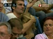 Une fellation pendant un match de volley ball